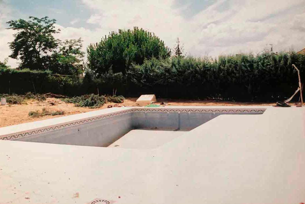 antes de la instalacion jardin con piscina